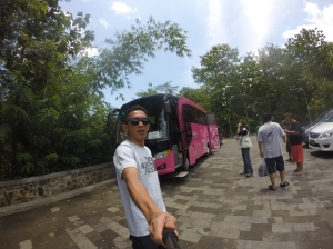 Fokus ke bus PINK nya please..